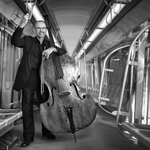 Musicians on the train- Editorial - HarderLee